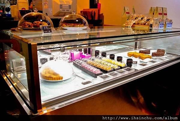 有多種手工法式甜點及鹹食早午餐價格上鹹食主餐約$NT200左右, 手工甜點是$NT60~$NT150元以內