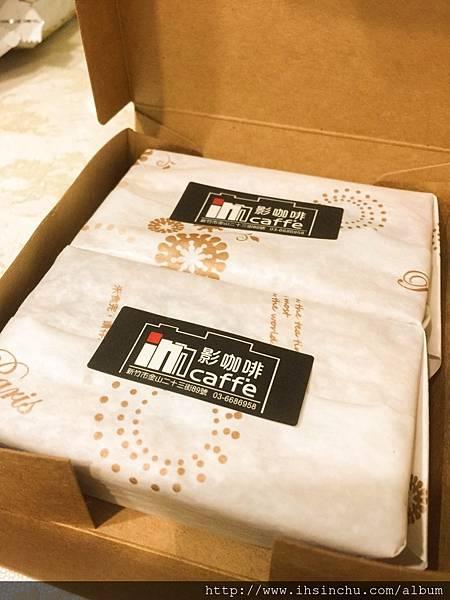 影咖啡簡約的紙盒包裝~一盒裡有兩顆金磚布丁,而金磚布丁也是用簡約的紙材包裝~沒有太過華麗的外表