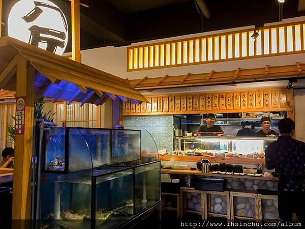▲走進餐廳映入眼簾的一就是濃濃日式風格!吧台,櫃台和活跳跳現撈海鮮櫃都融入在日系裝潢中!毫無違和感
