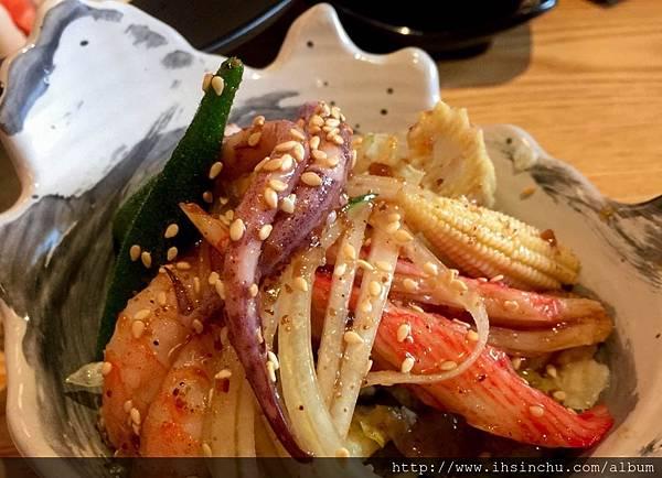 ▲套餐:海鮮沙拉  沙拉超清爽!是用和風醬汁和白芝麻調味,裡面有魷魚腳+白鳳蝦+蟹肉棒+洋蔥玉米筍+秋葵等蔬菜