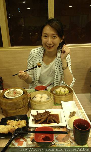 滿桌子菜,嚇到隔壁香港母女.........