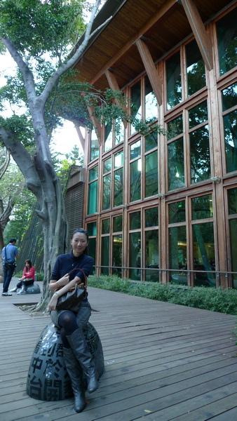 我喜歡樹蔭裡的木屋圖書館!