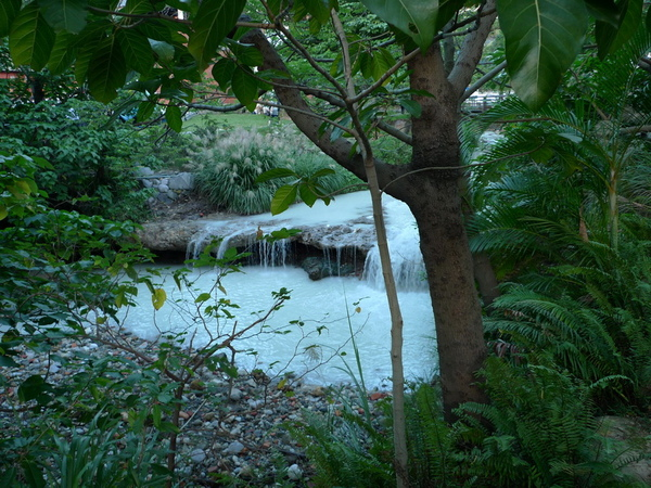乳白色的溪水