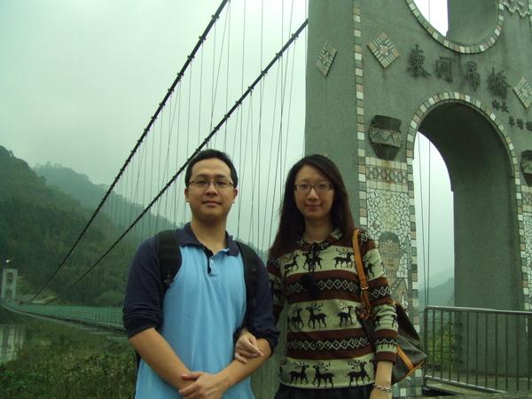 在東河吊橋前