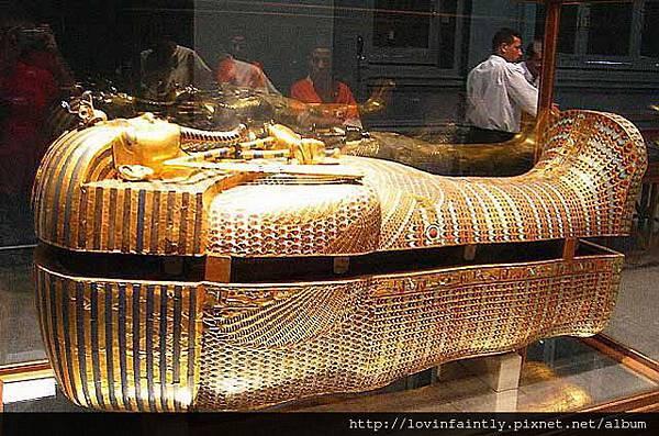 121-Tutankhamuns-gold-coffin-Cairo-museum-10