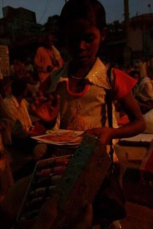 印度超齡小女孩跟賣給我的化妝品 162.jpg