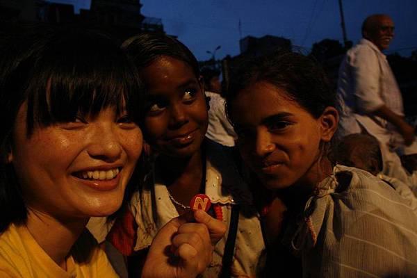 印度超齡小女孩跟賣給我的化妝品 167.jpg