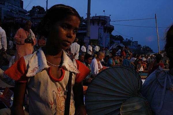 印度超齡小女孩跟賣給我的化妝品 166.jpg