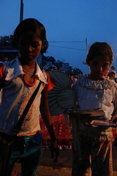 印度超齡小女孩跟賣給我的化妝品 164.jpg