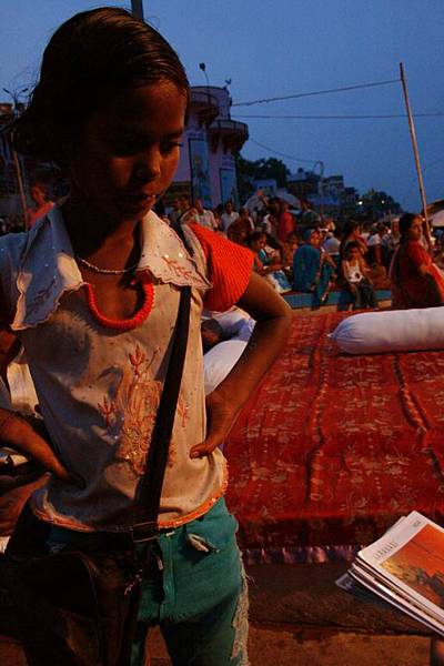 印度超齡小女孩跟賣給我的化妝品 163.jpg