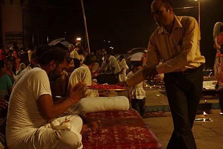 印度瓦拉納西河畔祭典 181.jpg