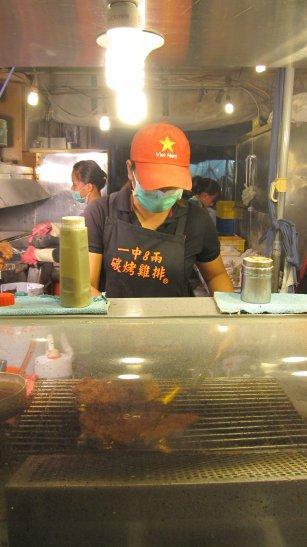 一中街美食-超級大片還要對折放的碳烤雞排