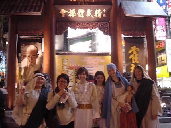 最左邊那個女士說背景那個門是ancient temple!!