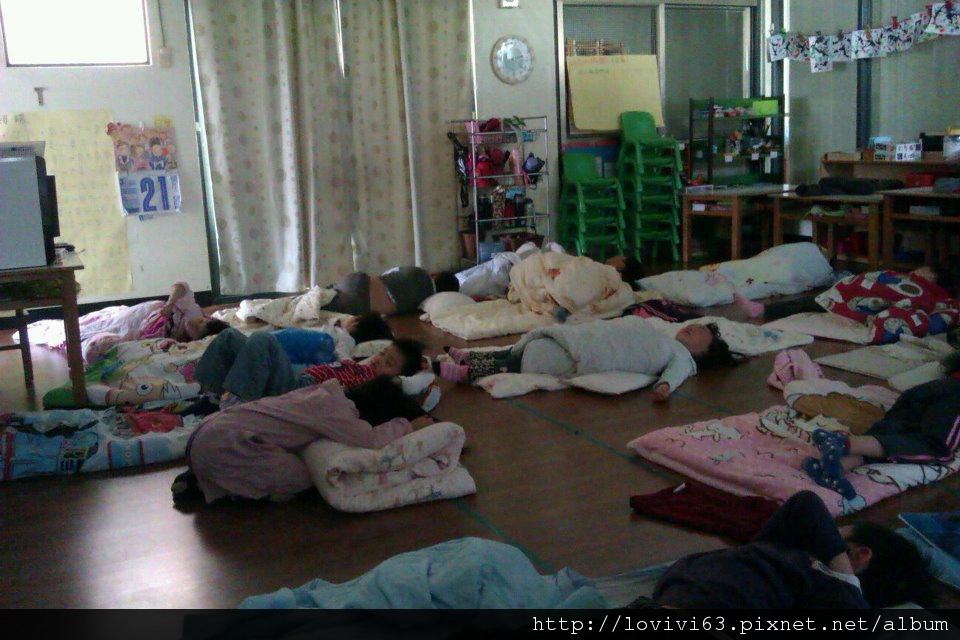 2012.03.21在睡夢中就急著摺棉被的妮妮