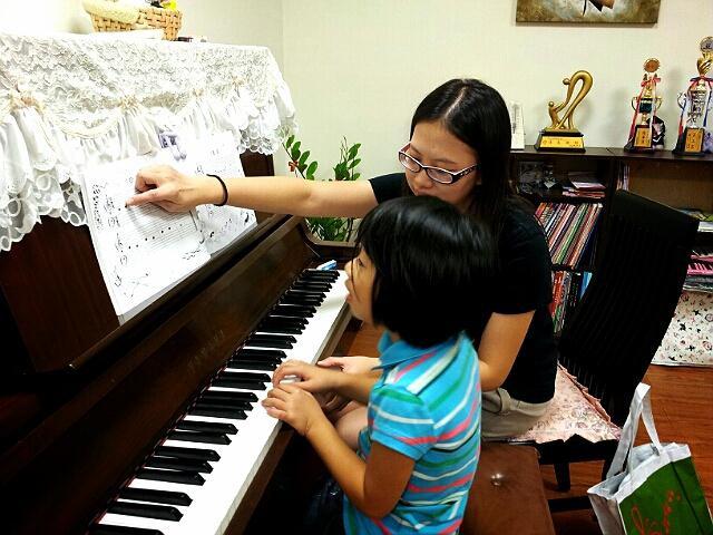 2012.10.09妮妮第一堂鋼琴課