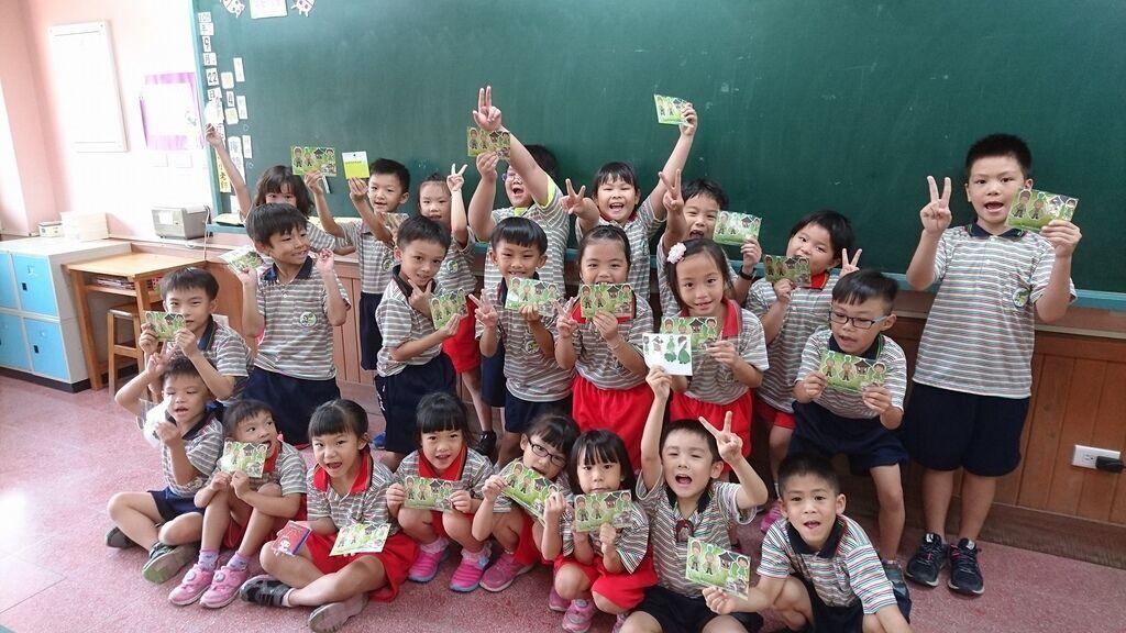 9.22謝謝麗娟老師及替代役葛格教我們如何借書和還書,我們都拿到了一張借書證和一組鹹菜超人磁鐵書籤~7.jpg