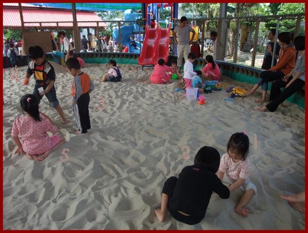 娘家五個孩子一起玩沙.JPG
