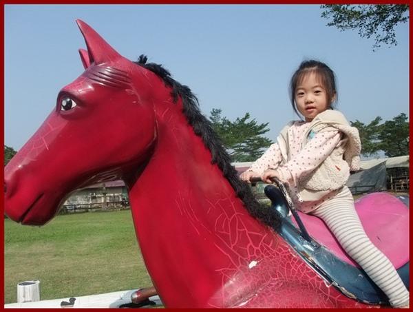 騎著紅馬的妮妮.JPG