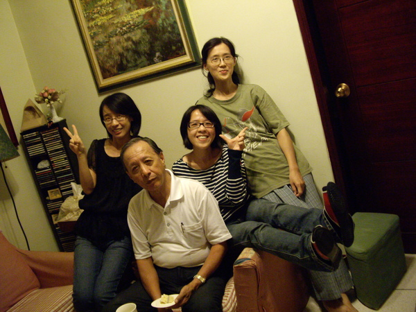 三姐妹與老爸二連拍~掌鏡者也歪的太藝術了吧