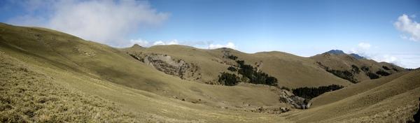 行走於稜線草坡上.jpg