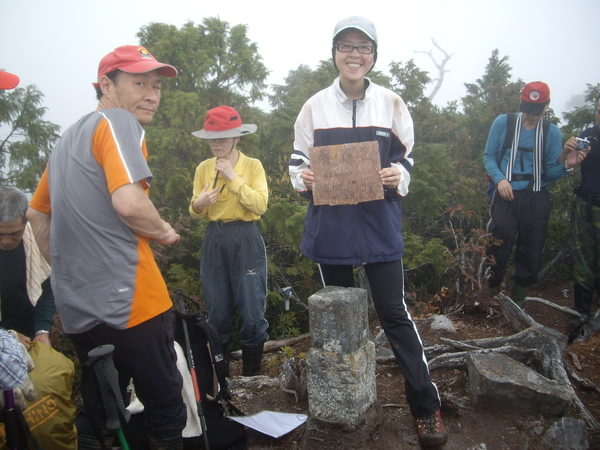 攻頂照~旁邊的山友超有趣~哈~.JPG