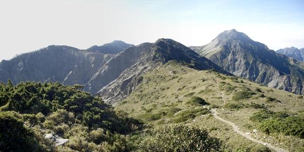 南湖北山山頂望向主山 的路.jpg