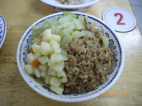 有配菜的肉燥飯.JPG