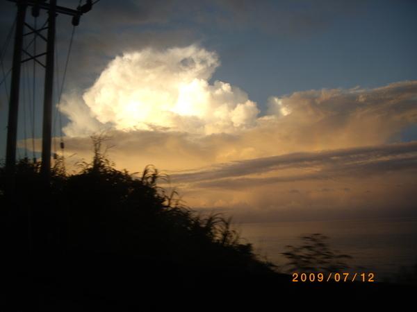 雲層中有淡淡的彩虹.JPG