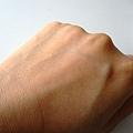 手背一半搽上心機粉餅