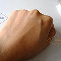 手背一半搽上心機粉餅比較