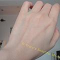 左手搽上超進化肌因賦活露