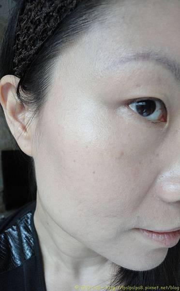 ELLIS FAAS‧裸膚柔紗粉底液~試搽右半臉完成