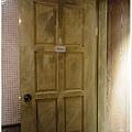杏桃鬆餅屋 室內裝潢 洗手間仿舊木門.JPG