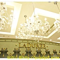 水晶吊燈襯托 Laduree.JPG