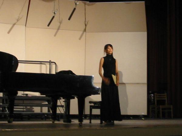 譚譚上來彈鋼琴
