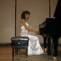 譚譚彈鋼琴