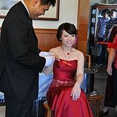 學長幫新娘帶戒指