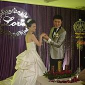 新郎幫新娘戴戒指