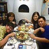四人與豐盛的餐點