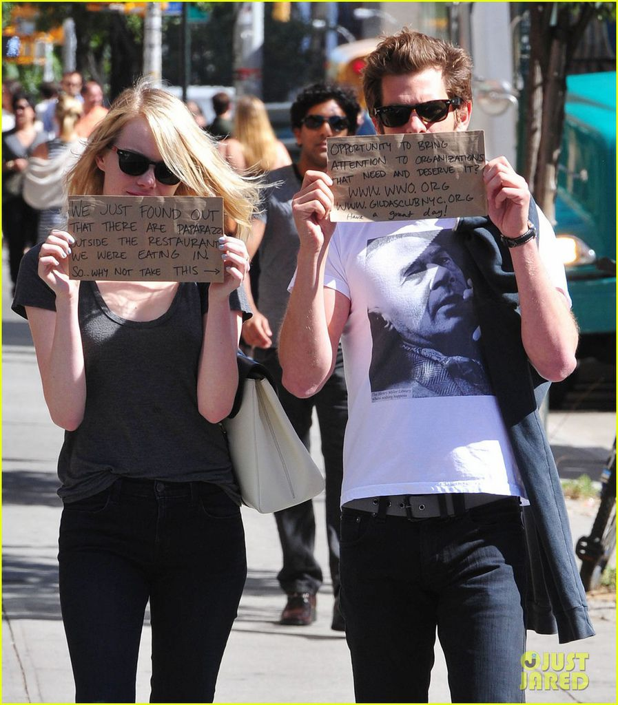 emma-stone-andrew-garfield-promote-charities-with-handmade-signs-08
