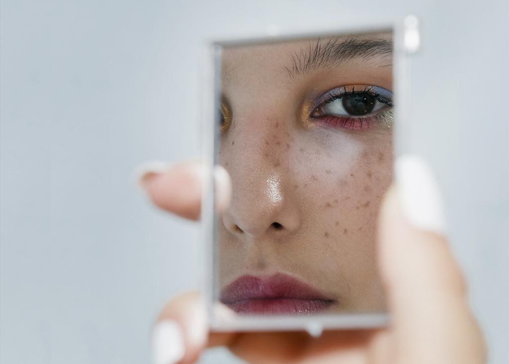 斑點種類很多-像是肝斑-黑斑-曬斑-雀斑-色素斑-老人斑-因為黑色素沉澱在皮膚的真皮層或表皮層而形成