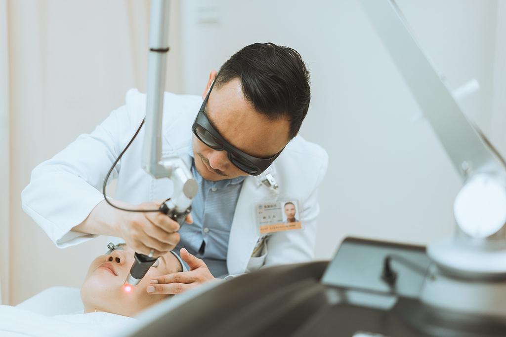 台北上立皮膚科的林上立醫師在打picosure755蜂巢皮秒雷射除斑點像是肝斑雀斑黑斑曬斑等