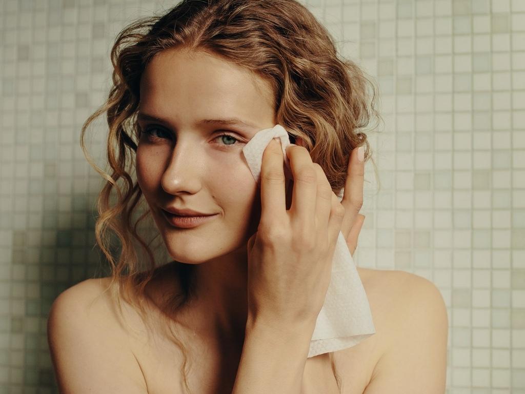 一位女性在擦拭眼角的淚溝
