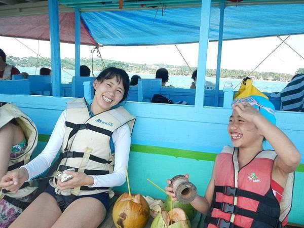 出海隨時可以從海上買到椰子甚至冰淇淋