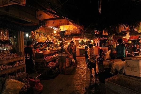 晚上遊當地人帶路到牠們的市場,毫無遊客,價位低廉