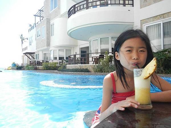 就算在泳池也要喝杯濃郁的爆的水果冰沙