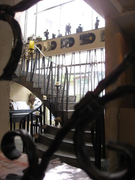 一樓通往二樓的樓梯+旁邊的鋼琴