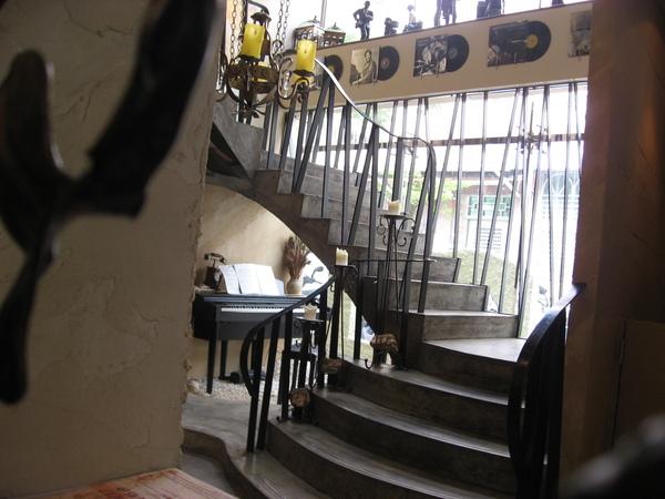 一樓通往二樓的樓梯+旁邊的鋼琴2