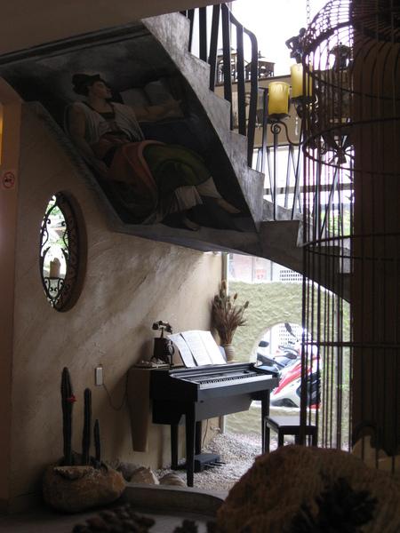 鋼琴+樓梯下的壁報