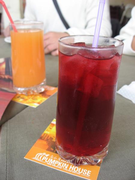 欣傑的蔬果汁(左)+娟子的洛神花茶(右)